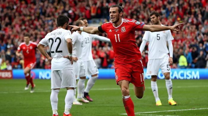 Gareth Bale merayakan gol setelah sundulannya ke gawang Georgia meluncur ke gawang tanpa bisa dicegah. Wales akhirnya bermain 1-1 dengan Georgia.