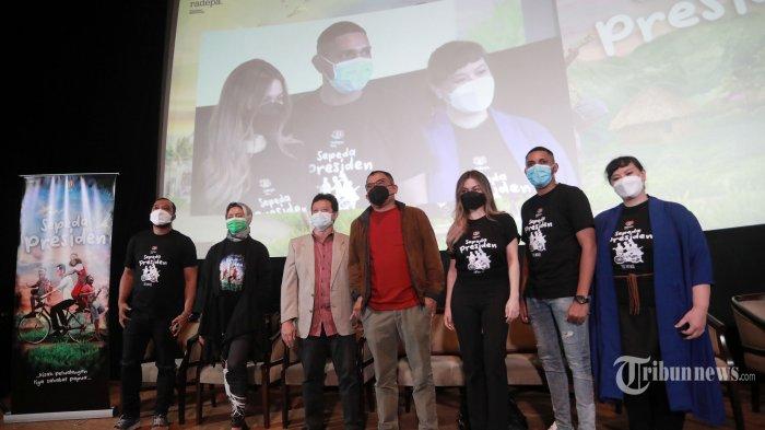 Sutradara film 'Sepeda Presiden', Garin Nugroho (tengah) bersama Produser film 'Sepeda Presiden', Avesina Soebli (ketiga kiri), dan bintang film 'Sepeda Presiden', Ariel Tatum (ketiga kanan), Ian William (kedua kanan), dan Sita Nursanti (kanan) saat konferensi pers jelang syuting film 'Sepeda Presiden', di Jakarta, Selasa (28/9/2021). Film 'Sepeda Presiden' yang diproduksi oleh Radepa Studio mengangkat cerita tentang impian kebanyakan anak-anak Indonesia untuk bisa memiliki kebahagiaan yang sama dimiliki oleh saudara-saudara lainnya yang memiliki kelimpahan informasi dan segala kemudahan yang dinikmati oleh anak-anak metropolitan dengan mengambil lokasi syuting di Raja Ampat, Papua. Tribunnews/Irwan Rismawan
