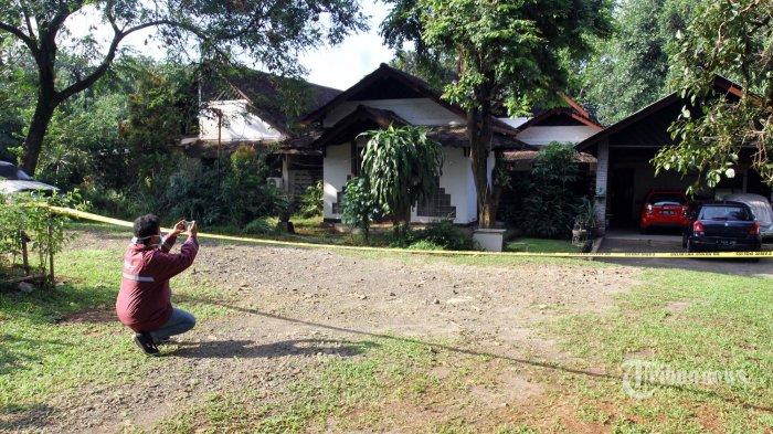 Pihak kepolisian memasang garis polisi di rumah korban yang terjangkit Virus Corona, Jalan Perumahan Studio Alam Indah, Kecamatan Sukmajaya, Depok, Jawa Barat, Senin (2/3/2020). Sterilisasi tersebut bertujuan agar warga tidak mendekat ke area tersebut. (Wartakota/Angga Bhagya Nugraha)