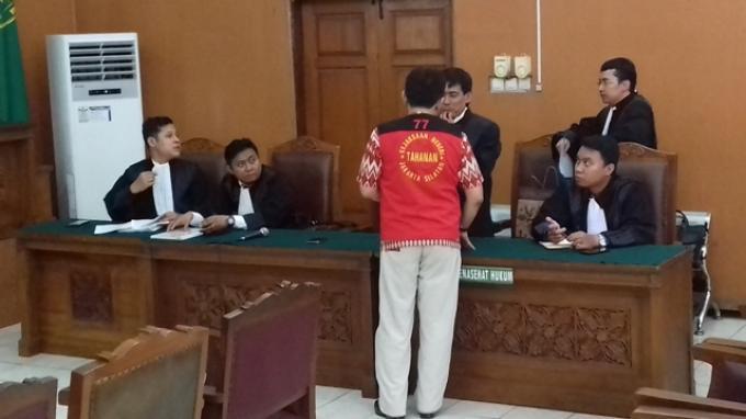 Aa Gatot Tampak 'Fashionable' di Sidang: Batik dan Rompi Tahanan Terlihat Serasi