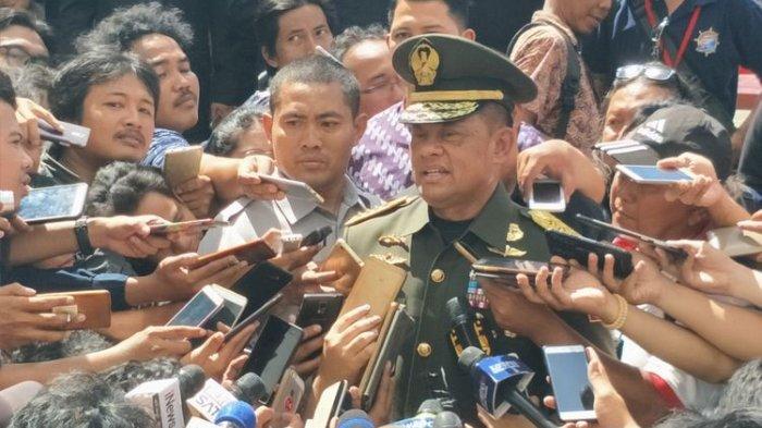 Jenderal Gatot Nurmantyo saat diwawancarai usai upacara serah terima jabatan Panglima TNI di Lapangan Upacara Markas Besar TNI, Cilangkap, Jakarta Timur, Sabtu, (9/12/2017).