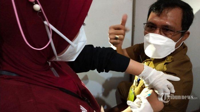 Petugas medis menyuntikan vaksin Covid-19 Sinovac dosis pertama kepada seorang pejabat Pemerintah Kota Bandung pada pelaksanaan Gebyar Vaksinasi Covid-19 Bagi Pelayan Publik Pemerintah Kota Bandung, di Balai Kota Bandung, Jalan Wastukencana, Selasa (2/3/2021). Kegiatan vaksinasi Covid-19 tahap ke-2 secara massal itu diperuntukan bagi pemuka agama, anggota DPRD Kota Bandung dan para pejabat di lingkungan Pemerintah Kota Bandung. (TRIBUN JABAR/GANI KURNIAWAN)