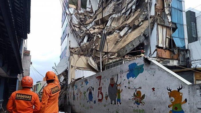 Gedung 4 lantai di Slipi Jakarta roboh, Senin (6/1/2020)