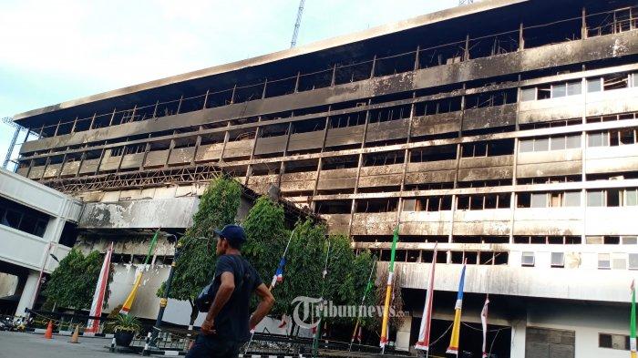 GEDUNG KEJAGUNG - Suasana bangunan Kejaksaan Agung Kebayoran Baru, Jakarta Selatan, Selasa(1/9/2020). Bangunan cagar budaya yang terbakar pada tanggal 22 Agustus 2020 kemarin balum di pergunakan atau di robohkan karena masih dalam penyelidikan pihak kepolisian untuk mecari penyebab kebakaran. Kebakaran yang menghanguskan bangunan utama Kejaksaan Agung merugikan negara 1,12 T. WARTA KOTA/HENRY LOPULALAN