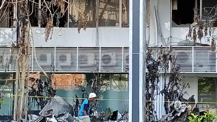 Perkerja sedang membereskan puing-puing sisa kebakaran di Gedung Kejaksaan Agung, Jumat (18/9/2020). Bareskrim Polri sudah menyerahkan gedung yang terbakar tersebut ke Kejaksaan Agung setelah dianggap selesai penyelidikan di Tempat Kejadian Perkara. (WARTAKOTA/Henry Lopulalan)