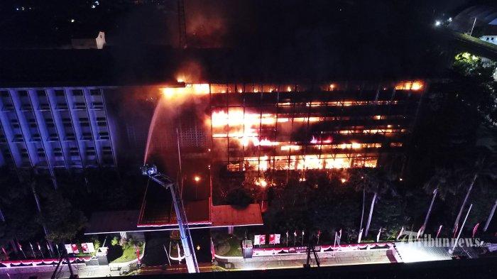Foto dengan menggunakan drone saat petugas pemadam kebakaran (Damkar) berusaha memadamkan api yang membakar Gedung Kejaksaan Agung RI di kawasan Blok M, Jakarta Selatan, Sabtu (22/8/2020) malam. Kebakaran tersebut diperkirakan terjadi mulai pukul 19.10 WIB. Warta Kota/Alex Suban