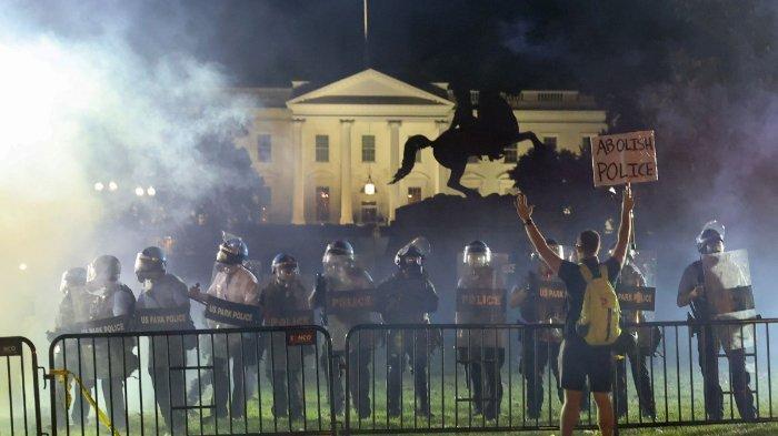 Unjuk rasa di depan Gedung Putih, AS, yang merupakan aksi protes atas kematian pria kulit hitam, George Floyd. Aksi unjuk rasa yang terjadi ini membuat Presiden Donald Trump bersembunyi di bunker. (Sky News)