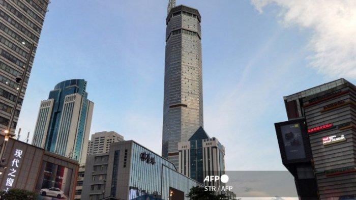Penampakan gedung SEG Plaza setinggi 300 meter setelah berguncang, di Shenzhen di provinsi Guangdong selatan China pada 18 Mei 2021.