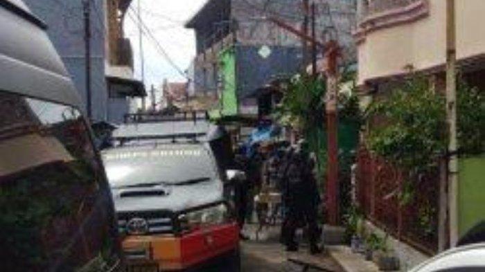 Tim Gegana Brimob Polda Sulsel melakukan penggeledahan di salah satu rumah di Jl Tinumbu, Kecamatan Bontoala, Makassar, Senin (29/3/2021) pagi.