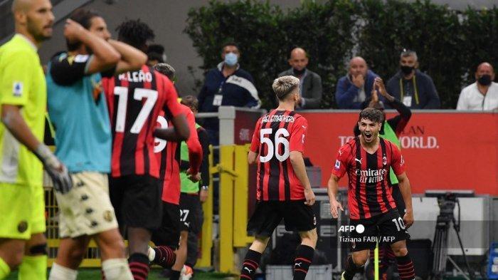 Gelandang AC Milan asal Spanyol Brahim Diaz (kanan) merayakan setelah membuka skor selama pertandingan sepak bola Serie A Italia antara AC Milan dan Unione Venezia pada 22 September 2021 di stadion San Siro di Milan.