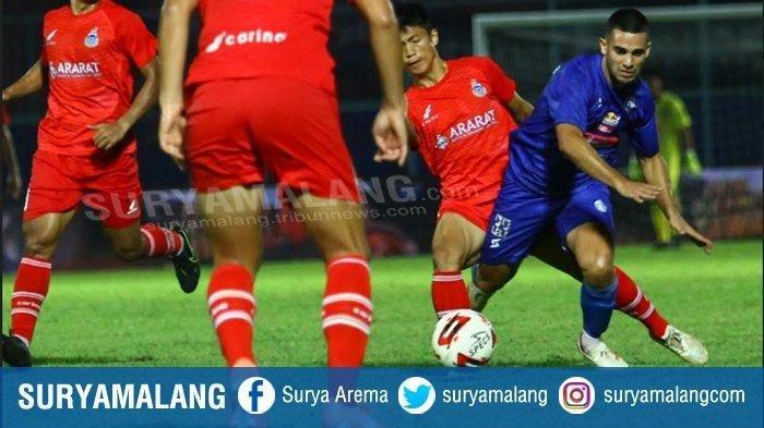 Gelandang Arema FC, Aldias Alderete berebut bola dengan pemain Sabah FA dalam laga Grup B, Piala Gubernur Jatim di Stadion Kanjuruhan Kepanjen, Kabupaten Malang, Selasa (11/2/2020). Arema FC menang atas Sabah FA dengan skor 2-0.