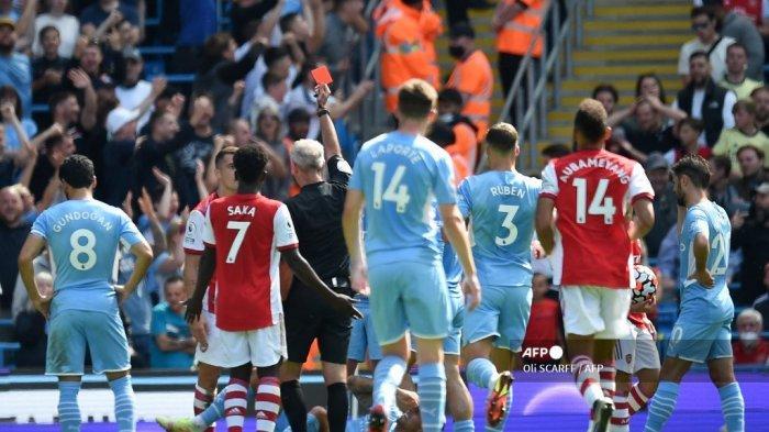 Gelandang Arsenal asal Swiss Granit Xhaka (2L) dikartu merah saat pertandingan sepak bola Liga Inggris antara Manchester City dan Arsenal di Stadion Etihad di Manchester, barat laut Inggris, pada 28 Agustus 2021.