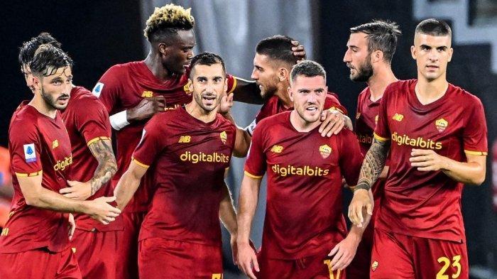 Gelandang AS Roma, Henrikh Mkhitaryan (C-L) merayakan dengan rekan satu timnya setelah mencetak gol selama pertandingan sepak bola Serie A Italia antara AS Roma dan ACF Fiorentina di stadion Olimpiade di Roma, pada 22 Agustus 2021. Alberto PIZZOLI / AFP