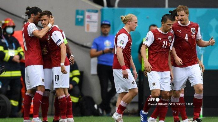 Gelandang Austria Christoph Baumgartner (2L) merayakan dengan rekan setimnya setelah mencetak gol pembuka pada pertandingan sepak bola Grup C UEFA EURO 2020 antara Ukraina dan Austria di National Arena di Bucharest pada 21 Juni 2021.