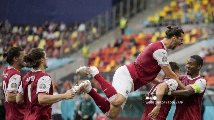 Gelandang Austria Christoph Baumgartner (2R) merayakan dengan rekan setimnya setelah mencetak gol pembuka pada pertandingan sepak bola Grup C UEFA EURO 2020 antara Ukraina dan Austria di National Arena di Bucharest pada 21 Juni 2021.