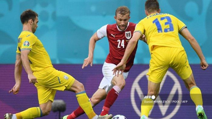 Gelandang Austria Konrad Laimer (tengah) berebut bola dengan bek Ukraina Oleksandr Karavaev (kiri) dan bek Ukraina Illia Zabarnyi (kanan) selama pertandingan sepak bola Grup C UEFA EURO 2020 antara Ukraina dan Austria di National Arena di Bucharest pada 21 Juni, 2021.