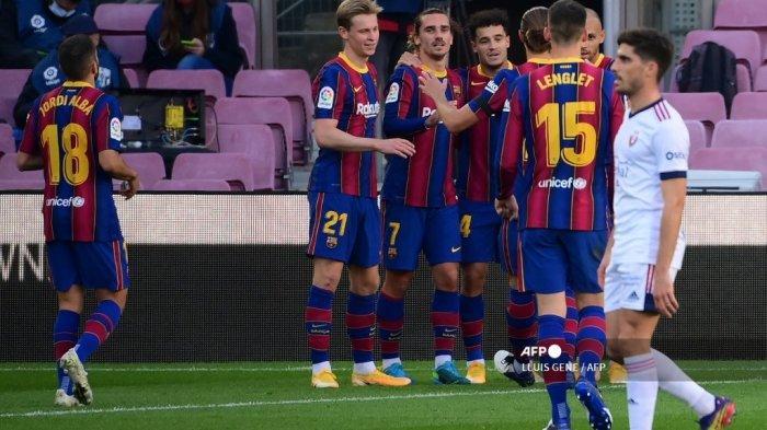 Gelandang Brasil Barcelona Philippe Coutinho (4L) merayakan golnya bersama rekan satu timnya selama pertandingan sepak bola Liga Spanyol antara FC Barcelona dan CA Osasuna di stadion Camp Nou di Barcelona, ??pada 29 November 2020. LLUIS GENE / AFP