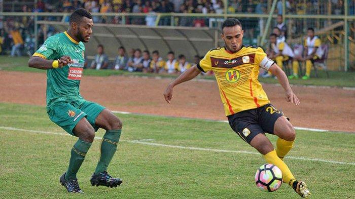 Pemain belakang Sriwijaya FC, Marckho Sandy Merauje (kiri), berupaya menghadang laju gelandang Barito Putera, Rizky Pora, dalam laga pekan ke-23 Liga 1 di Stadion 17 Mei, Banjarmasin, Minggu (10/9/2017).