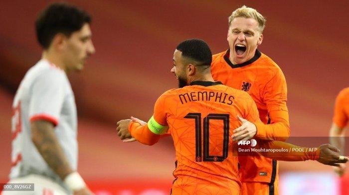 Gelandang Belanda Donny Van de Beek (kanan) merayakan gol pertama timnya selama pertandingan sepak bola persahabatan antara Belanda dan Spanyol di Johan Cruijff ArenA di Amsterdam pada 11 November 2020. Dean Mouhtaropoulos / POOL / AFP