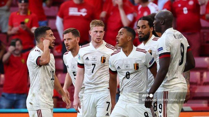 Gelandang Belgia Kevin De Bruyne (tengah) merayakan dengan rekan satu timnya setelah mencetak gol kedua timnya selama pertandingan sepak bola Grup B UEFA EURO 2020 antara Denmark dan Belgia di Stadion Parken di Kopenhagen pada 17 Juni 2021. WOLFGANG RATTAY / POOL / AFP