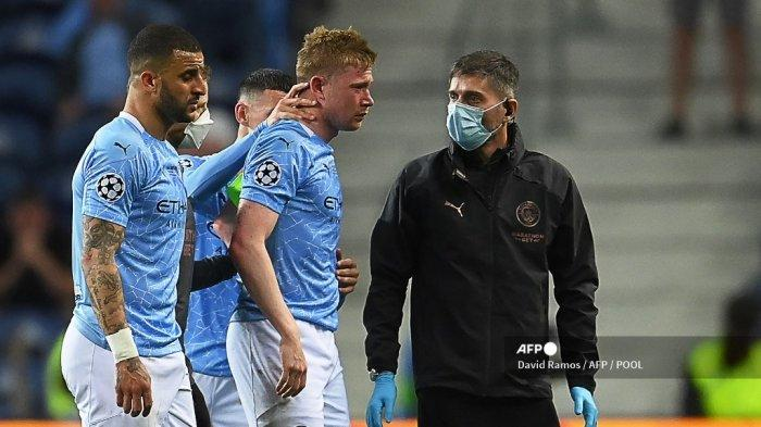 Gelandang Belgia Manchester City Kevin De Bruyne (2nd-L) dikawal keluar lapangan setelah cedera selama pertandingan sepak bola final Liga Champions UEFA antara Manchester City dan Chelsea FC di stadion Dragao di Porto pada 29 Mei 2021.
