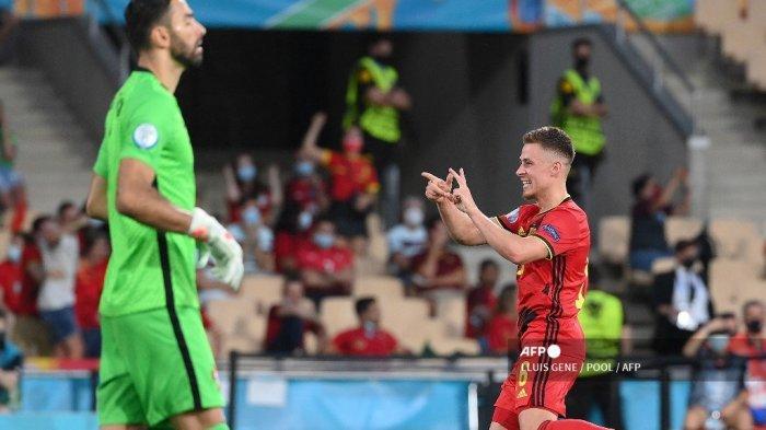 Gelandang Belgia Thorgan Hazard merayakan mencetak gol pertama timnya selama pertandingan sepak bola babak 16 besar UEFA EURO 2020 antara Belgia dan Portugal di Stadion La Cartuja di Seville pada 27 Juni 2021. LLUIS GENE / POOL / AFP