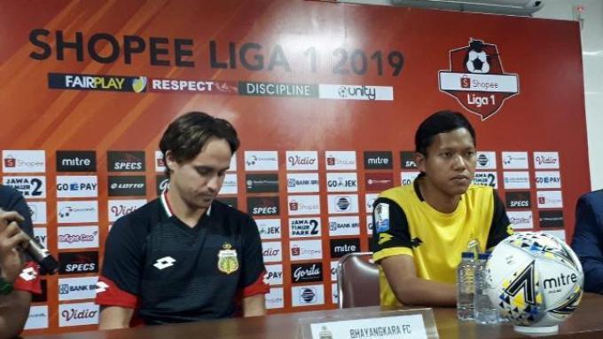 Gelandang Bhayangkara FC Adam Alis (kanan) bersama Pelatih Paul Munster dalam sesi konferensi pers jelang laga kontra Semen Padang di Stadion PTIK, Jakarta, Jumat (1/11/2019).