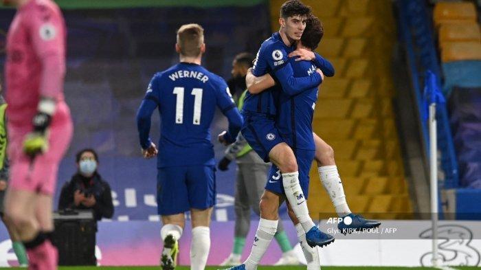 Gelandang Chelsea asal Jerman Kai Havertz (tengah) melakukan selebrasi bersama rekan setimnya setelah tembakannya dibelokkan ke gawang oleh gelandang Inggris Everton Ben Godfrey untuk gol bunuh diri selama pertandingan sepak bola Liga Utama Inggris antara Chelsea dan Everton di Stamford Bridge di London pada 8 Maret 2021 .