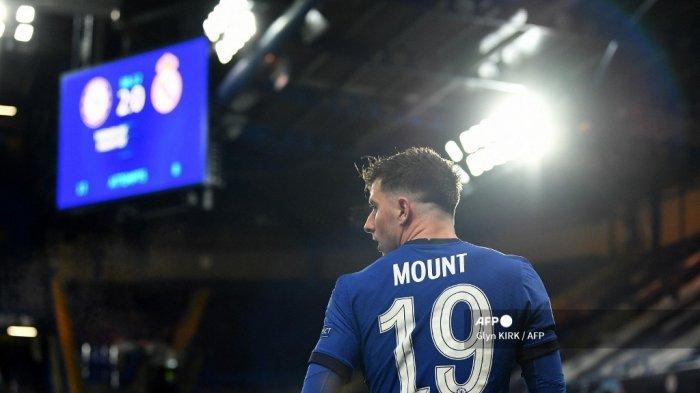 Gelandang Chelsea asal Inggris, Mason Mount, meninggalkan lapangan setelah dikeluarkan dari lapangan pada pertandingan leg kedua semifinal Liga Champions UEFA antara Chelsea dan Real Madrid di Stamford Bridge di London pada 5 Mei 2021. Chelsea memenangkan pertandingan 2-0. Glyn KIRK / AFP