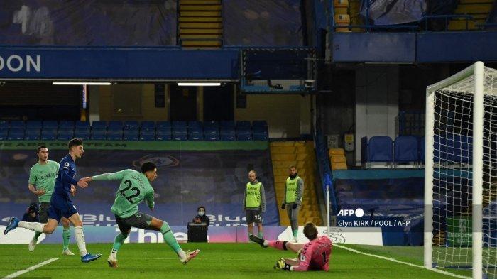 Gelandang Everton Inggris Ben Godfrey (C) mengalihkan tembakan dari gelandang Chelsea asal Jerman Kai Havertz ke gawangnya sendiri untuk gol pembuka pertandingan sepak bola Liga Utama Inggris antara Chelsea dan Everton di Stamford Bridge di London pada 8 Maret 2021.