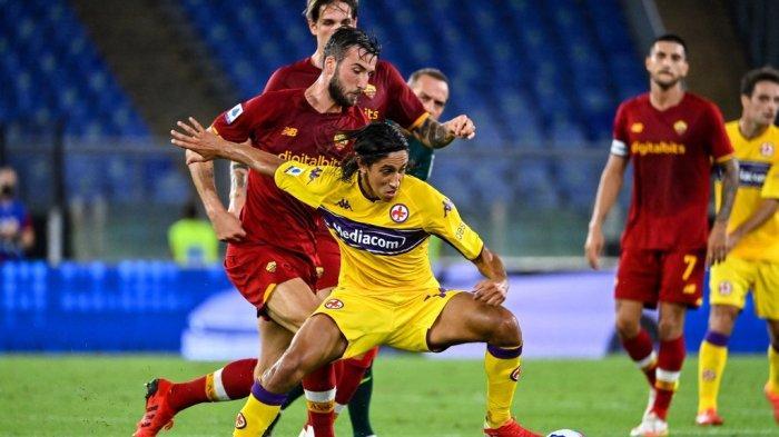 Gelandang Fiorentina Youssef Maleh (tengah) berebut bola dalam pertandingan sepak bola Serie A Italia antara AS Roma dan ACF Fiorentina di stadion Olimpiade di Roma, pada 22 Agustus 2021. Alberto PIZZOLI / AFP