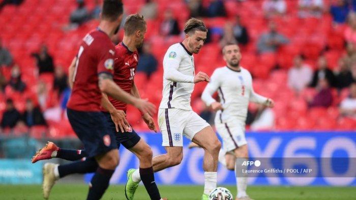 Gelandang Inggris Jack Grealish berlari dengan bola selama pertandingan sepak bola Grup D UEFA EURO 2020 antara Republik Ceko dan Inggris di Stadion Wembley di London pada 22 Juni 2021.