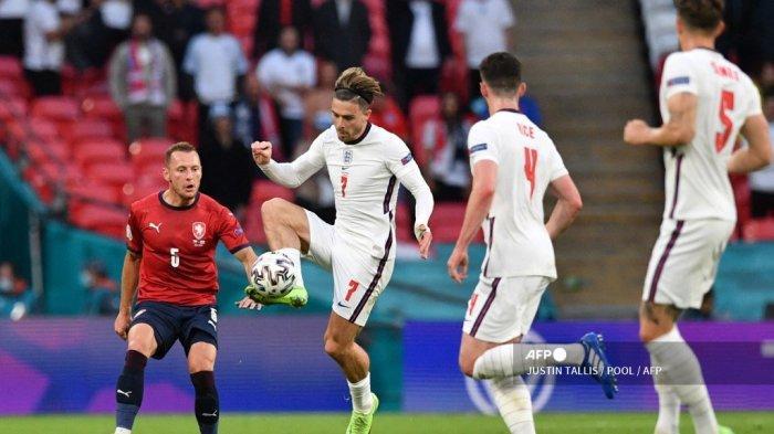 Gelandang Inggris Jack Grealish (kedua dari kiri) mengontrol bola selama pertandingan sepak bola Grup D UEFA EURO 2020 antara Republik Ceko dan Inggris di Stadion Wembley di London pada 22 Juni 2021.