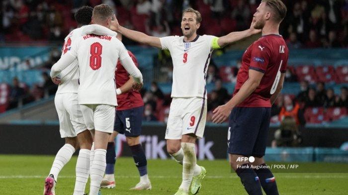 Gelandang Inggris Jordan Henderson (kedua dari kiri) melakukan selebrasi dengan rekan satu timnya sebelum gol tersebut dinyatakan offside dalam pertandingan sepak bola Grup D UEFA EURO 2020 antara Republik Ceko dan Inggris di Stadion Wembley di London pada 22 Juni 2021. Frank Augstein / POOL / AFP