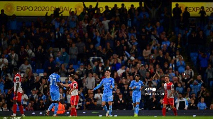 Gelandang Inggris Manchester City Phil Foden (tengah) merayakan mencetak gol ketiga timnya selama pertandingan sepak bola putaran ketiga Piala Liga Inggris antara Manchester City dan Wycombe Wanderers di stadion Etihad di Manchester, barat laut Inggris pada 21 September 2021.