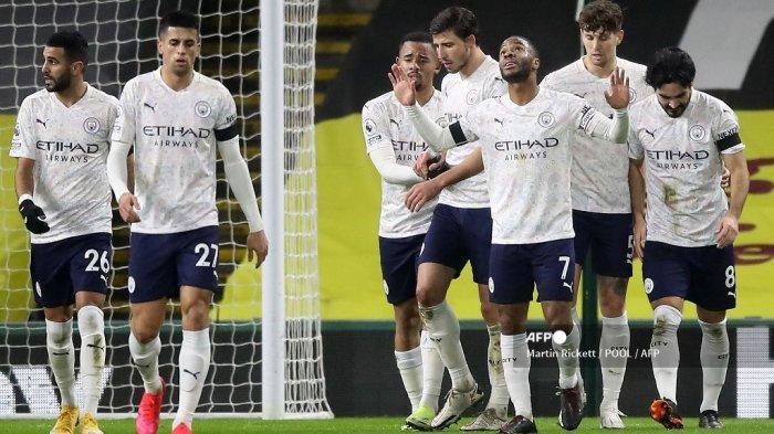 Gelandang Inggris Manchester City Raheem Sterling (3R) merayakan mencetak gol kedua timnya selama pertandingan sepak bola Liga Premier Inggris antara Burnley dan Manchester City di Turf Moor di Burnley, Inggris barat laut pada 3 Februari 2021.