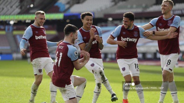 Gelandang Inggris West Ham United Jesse Lingard (tengah) merayakan bersama rekan satu timnya setelah mencetak gol kedua mereka selama pertandingan sepak bola Liga Premier Inggris antara West Ham United dan Tottenham Hotspur di The London Stadium, di London timur pada 21 Februari 2021. KIRSTY WIGGLESWORTH / POOL / AFP