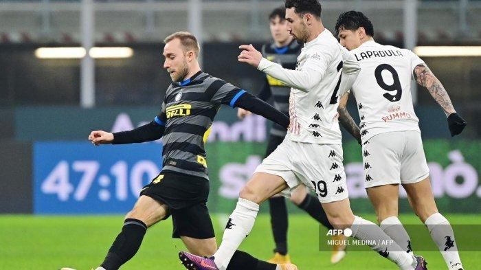Gelandang Denmark Inter Milan Christian Eriksen (kiri) memperebutkan bola dengan gelandang Moldova Benevento Artur Ionita (kanan) selama pertandingan sepak bola Serie A Italia antara Inter Milan dan Benevento, pada 30 Januari 2021 di stadion Meazza, di Milan. MIGUEL MEDINA / AFP