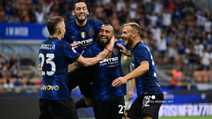 Gelandang Inter Milan asal Chili Arturo Vidal (kedua kanan) melakukan selebrasi bersama rekan setimnya setelah ia mencetak gol ketiga dalam pertandingan sepak bola Serie A Italia Inter Milan vs Genoa di stadion San Siro di Milan, pada 21 Agustus 2021.