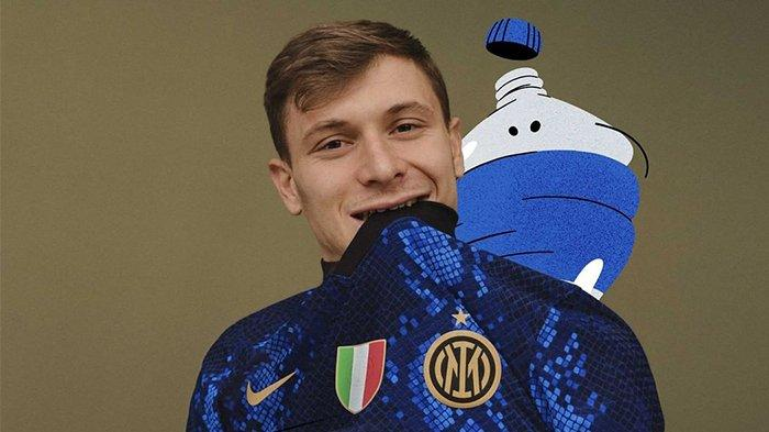 Gelandang Inter Milan, Nicolo Barella memperkenalkan jersey kandang terbaru Nerazzurri
