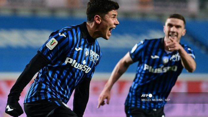 Gelandang Italia Atalanta Matteo Pessina (kiri) melakukan selebrasi setelah mencetak gol pada pertandingan sepak bola leg kedua semifinal Piala Italia Atalanta vs Napoli pada 10 Februari 2021 di stadion Azzurri d'Italia di Bergamo. MIGUEL MEDINA / AFP