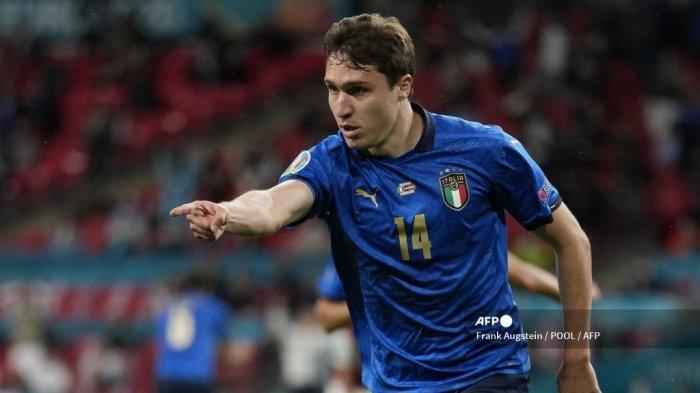 Gelandang Italia Federico Chiesa merayakan setelah mencetak gol pembuka pada pertandingan sepak bola babak 16 besar UEFA EURO 2020 antara Italia dan Austria di Stadion Wembley di London pada 26 Juni 2021.