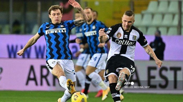 Gelandang Italia Inter Milan Nicolo Barella (kiri) dan gelandang Parma Slovenia Jasmin Kurtic mengejar bola selama pertandingan sepak bola Serie A Italia Parma vs Inter Milan pada 4 Maret 2021 di stadion Ennio-Tardini di Parma. MIGUEL MEDINA / AFP