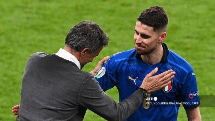 Gelandang Italia Jorginho (kanan) diberi selamat oleh pelatih Spanyol Luis Enrique pada akhir pertandingan sepak bola semifinal UEFA EURO 2020 antara Italia dan Spanyol di Stadion Wembley di London pada 6 Juli 2021.