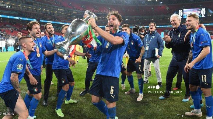 Gelandang Italia Manuel Locatelli merayakan dengan trofi Kejuaraan Eropa setelah Italia memenangkan pertandingan sepak bola final UEFA EURO 2020 antara Italia dan Inggris di Stadion Wembley di London pada 11 Juli 2021. Paul ELLIS / POOL / AFP