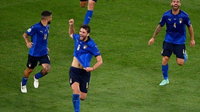 Gelandang Italia Manuel Locatelli (tengah) merayakan dengan rekan satu timnya setelah mencetak gol pertama tim selama pertandingan sepak bola Grup A UEFA EURO 2020 antara Italia dan Swiss di Stadion Olimpiade di Roma pada 16 Juni 2021. Riccardo Antimiani / POOL / AFP