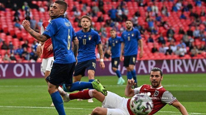 Gelandang Italia Marco Verratti (kiri) dan bek Austria Aleksandar Dragovic bersaing memperebutkan bola pada pertandingan sepak bola babak 16 besar UEFA EURO 2020 antara Italia dan Austria di Stadion Wembley di London pada 26 Juni 2021.