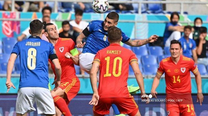 Gelandang Italia Marco Verratti (tengah) menyundul bola di depan pemain depan Wales Gareth Bale (CL) selama pertandingan sepak bola Grup A UEFA EURO 2020 antara Italia dan Wales di Stadion Olimpiade di Roma pada 20 Juni 2021.