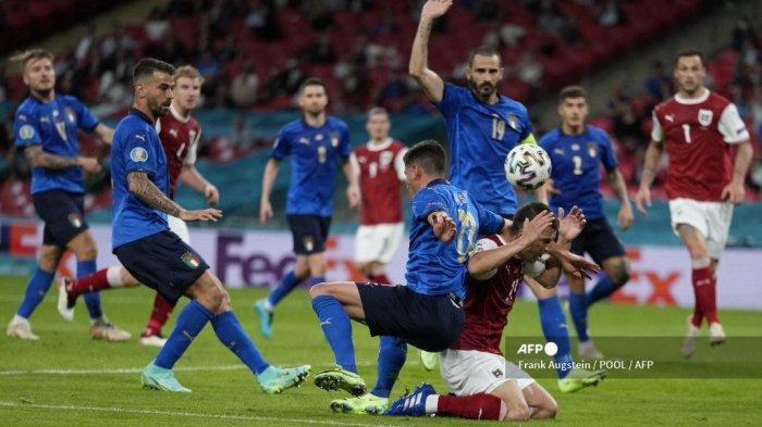 Gelandang Italia Matteo Pessina (tengah) berebut bola dengan bek Austria Stefan Lainer (kanan) selama pertandingan sepak bola babak 16 besar UEFA EURO 2020 antara Italia dan Austria di Stadion Wembley di London pada 26 Juni 2021.