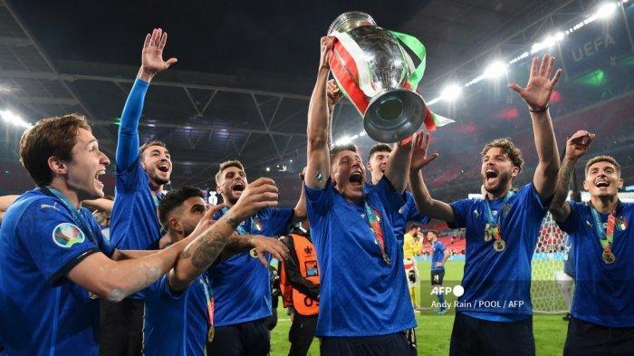 Gelandang Italia Matteo Pessina (tengah) berpose dengan trofi Kejuaraan Eropa setelah Italia memenangkan pertandingan sepak bola final UEFA EURO 2020 antara Italia dan Inggris di Stadion Wembley di London pada 11 Juli 2021.